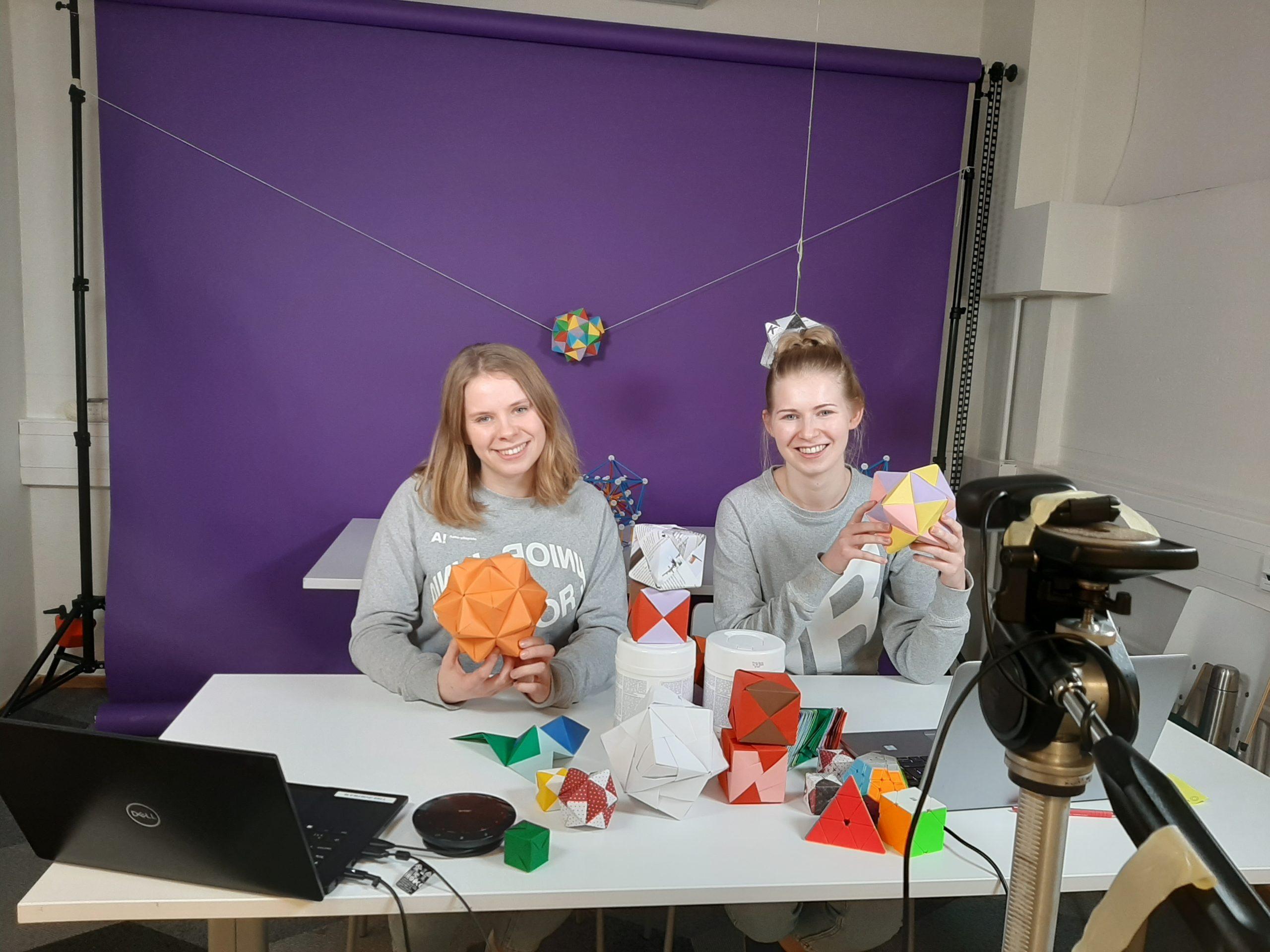 Kaksi Aalto Juniorin assistenttia pitämässä virtuaalityöpajaa origameista.