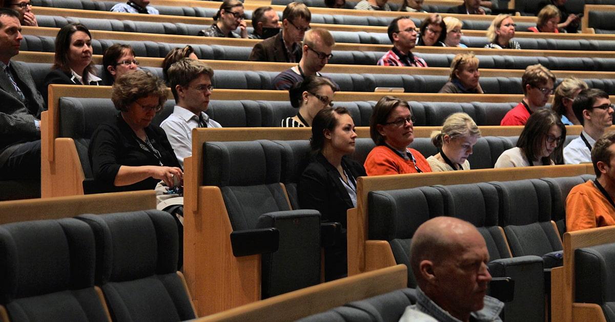 Opettajia seuraamassa ohjelmaa LUMA-päivillä 2015.